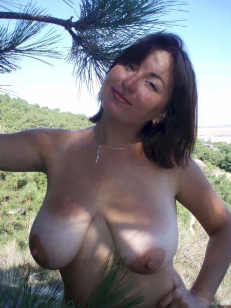 Belle femme adultère qui est intéressée par un plan libertin