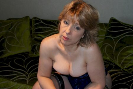Femme cougar sexy autoritaire pour mec qui se soumet