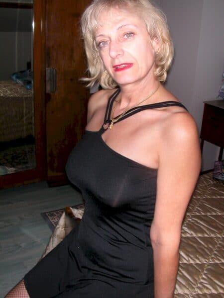 Femme cougar sexy docile pour amant directif très souvent disponible